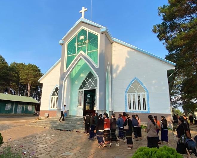 Nhà thờ Tin lành Plei Mơ Nú thuộc xã Chư Á nằm cách trung tâm thành phố Pleiku (Gia Lai) trở thành một điểm đến quen thuộc của hàng trăm bà con tín hữu dân tộc Jrai.