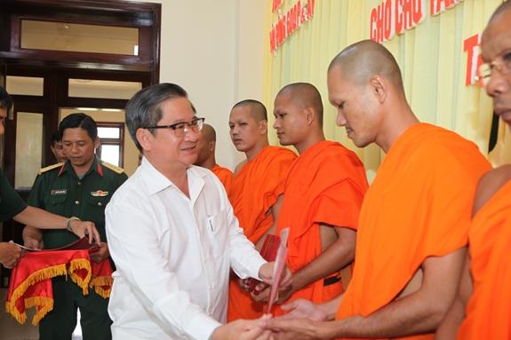 ại diện Hội đồng Giáo dục quốc phòng và an ninh TP Cần Thơ trao giấy chứng nhận hoàn thành lớp bồi dưỡng cho tăng sinh Học viện Phật giáo Nam Tông Khmer. Ảnh: QUANG ĐỨC.