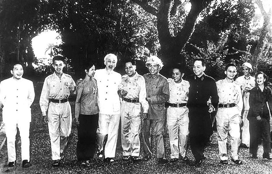 Tấm ảnh chụp chung với Bác Hồ năm 1965 được Anh hùng Hồ Đức Vai (thứ 4, từ phải sang) gìn giữ như báu vật. Ảnh: Tư liệu